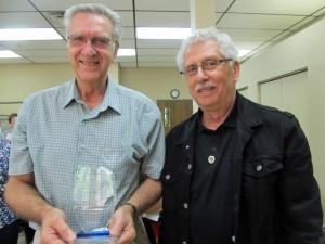 À gauche, Gilles Racine, bénévole de l'année